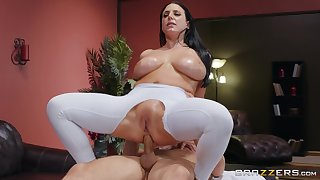 Big-assed, busty Angela Characterless revels in fingering with an increment of an oiled anal fuck